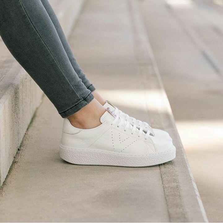 Los blancos siempre son imprescindibles    zapatillasblancas sneakershellip